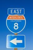 8 da uno stato all'altro firmano dentro la California con cielo blu Immagini Stock