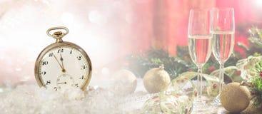 Da véspera anos novos da celebração do partido Minutos à meia-noite em um relógio antiquado, fundo festivo fotografia de stock