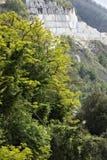 Da vila de Colonnata você pode apreciar vistas maravilhosas das pedreira brancas do mármore de Carrara Colonnata, Carrara, Toscân fotos de stock