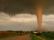 Daadwerkelijke foto van een tornado bij zonsondergang die eng een landbouwbedrijf in landelijk Iowa missen stock afbeeldingen