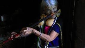 Daai plemienia kobieta z jej fletem zbiory wideo
