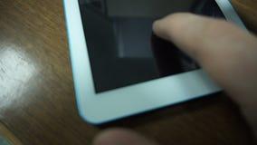 Daal een inkomende vraag op slim telefoonclose-up stock video