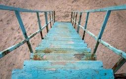 Daal onderaan de oude blauwe trap Stock Fotografie