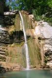 Daal onderaan kleine waterval in bergkloof Stock Fotografie
