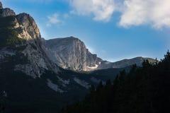 Daar, in de bergen, glanst de zon royalty-vrije stock afbeelding