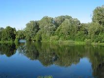 Daar door de rivier Stock Foto's