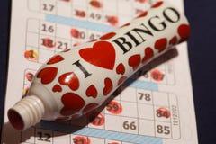 Dabber della penna di bingo sul libro del gioco Fotografia Stock Libera da Diritti