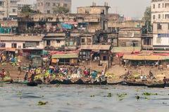 Dacca, Bangladesh: Scene della via sulla sponda del fiume vicino al terminale di traghetto di Sadarghat immagine stock libera da diritti