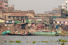 Dacca, Bangladesh: Scene della via sulla sponda del fiume vicino al terminale di traghetto di Sadarghat fotografie stock libere da diritti