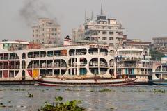 Dacca, Bangladesh: Un traghetto sul Gange al terminale di traghetto di Sadarghat immagine stock