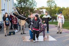 Dacers de rue de Minsk exécutant la danse de coupure Photographie stock libre de droits