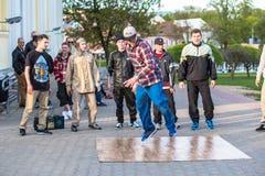Dacers de rue de Minsk exécutant la danse de coupure Photos libres de droits