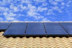 Dachów panel słoneczny na Południowo-zachodni stylu domu zdjęcie royalty free