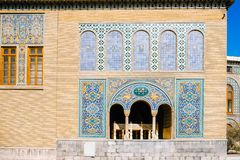 Dachówkowa sztuka na ścianie z cegieł Karim Khani kącik z małym marmurowym tronem wśrodku tarasu przy Golestan pałac zdjęcia royalty free