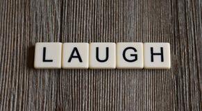 Dachówkowi listy literuje słowa ` śmiechu ` obraz royalty free