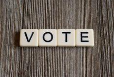 Dachówkowi listy literuje słowa ` głosowania ` zdjęcie stock