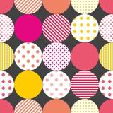 Dachówkowy patchworku wektoru wzór z pastelowymi polek kropkami na czarnym tle ilustracji