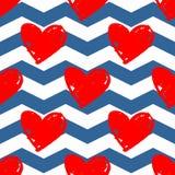 Dachówkowy wektoru wzór z czerwonymi sercami na błękitnym i białym szewronu tle ilustracji
