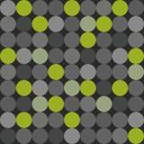 Dachówkowy wektoru wzór z na popielatym tle dużymi zieleni, popielatych i czarnych polek kropkami, Zdjęcia Royalty Free