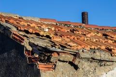 Dach beschädigte schädigende Fliesen lizenzfreie stockfotografie