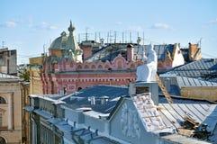 Dach budynek mieszkalny Rossi w Krajowej bibliotece Rosja i rzeźbie Minerva - bogini mądrość Fotografia Royalty Free