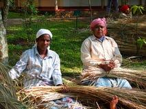 Dach, das in Kerala, Indien mit Stroh deckt Lizenzfreie Stockfotos