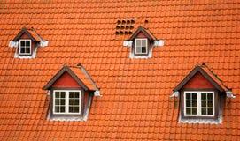 Dach der roten Fliese und Mansarden Stockfotos