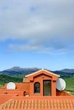 Dach der spanischen Wohnung mit FernsehSatellitenschüssel Stockbild