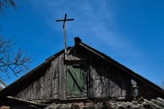 Dach des alten Hauses gegen den blauen Himmel Lizenzfreies Stockfoto