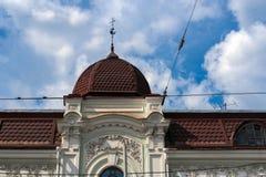 Dach des alten Hauses mit Haube und Wetterfahne gegen Himmel stockfotografie