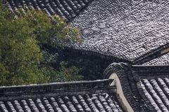 Dach des alten Hauses nach Schnee stockbilder