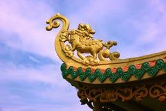 Dach des buddhistischen Tempels mit Drachen Lizenzfreies Stockbild