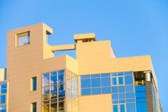 Dach des gelben Gebäudes in Jekaterinburg Lizenzfreies Stockfoto