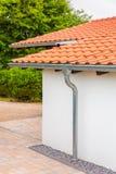 Dach des Hauses mit Gossen und Regenrohr stockfoto