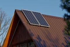 Dach des Hauses mit installierten Sonnenkollektoren lizenzfreie stockfotos