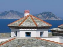 Dach des Hauses von den flachen Schiefern Natürliches Material Stockbilder