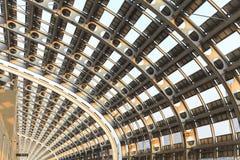 Dach des modernen Geschäftsgebäudes, Stahlkonstruktionsdachspitze des modernen Gebäudes Stockfotos