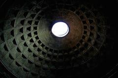 Dach des Pantheons in Rom mit einem Loch Stockbild