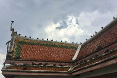 Dach des Piereingangs zu Kanlayanamit-Tempel in Bangkok Thailand Stockfoto