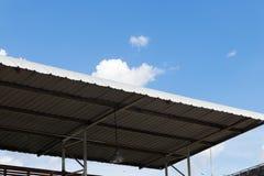 Dach des Stadionssitzes mit blauem Himmel Lizenzfreie Stockfotos