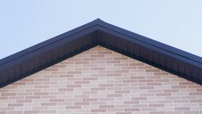 Dach domu na wsi frontowy widok Stawiać czoło panel jako cegła budowa szczegółów drzwi garażu front domu przez okno zdjęcie wideo
