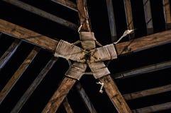 Dach einer Kabine mit symmetrischem hölzernem Design lizenzfreies stockfoto