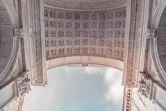 Dach einer Kathedrale und des Himmels Lizenzfreie Stockbilder