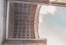 Dach einer Kathedrale und des Himmels Stockbilder
