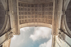 Dach einer Kathedrale und des Himmels Stockbild