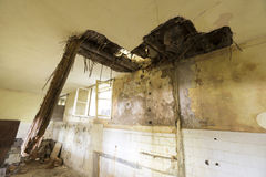 Dach in einer verlassenen Schule Stockbild