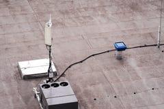 Dach eines Handelsgebäudes mit externe Einheiten der Handelsklimaanlage und der Lüftungsanlagen, zelluläre Antenne a stockfoto
