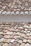 Dach eines Hauses mit Fliesen Stockbild