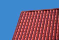 Dach eines Landhauses bedeckt mit der Fliese lokalisiert Stockbilder