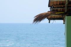 Dach gegen Seeansicht lizenzfreies stockfoto
